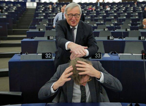 AB Komisyonu Başkanı'ndan Brexit müzakerecisine el ense