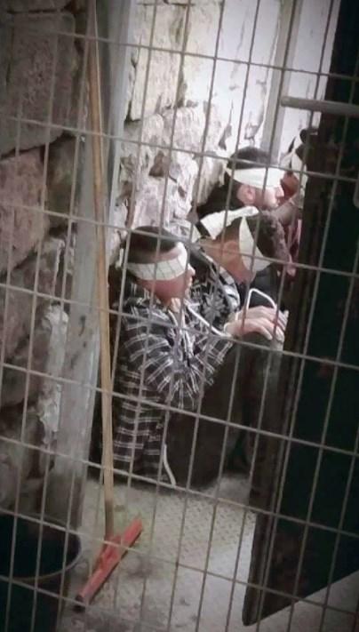 İsrail askerleri çocukları gözaltına alıyor