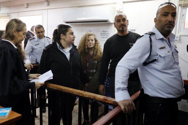Filistinli cesur kız Ahed'in duruşması ertelendi