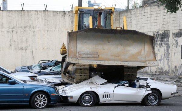 Vergisi ödenmeyen lüks araçlar dozerle ezildi