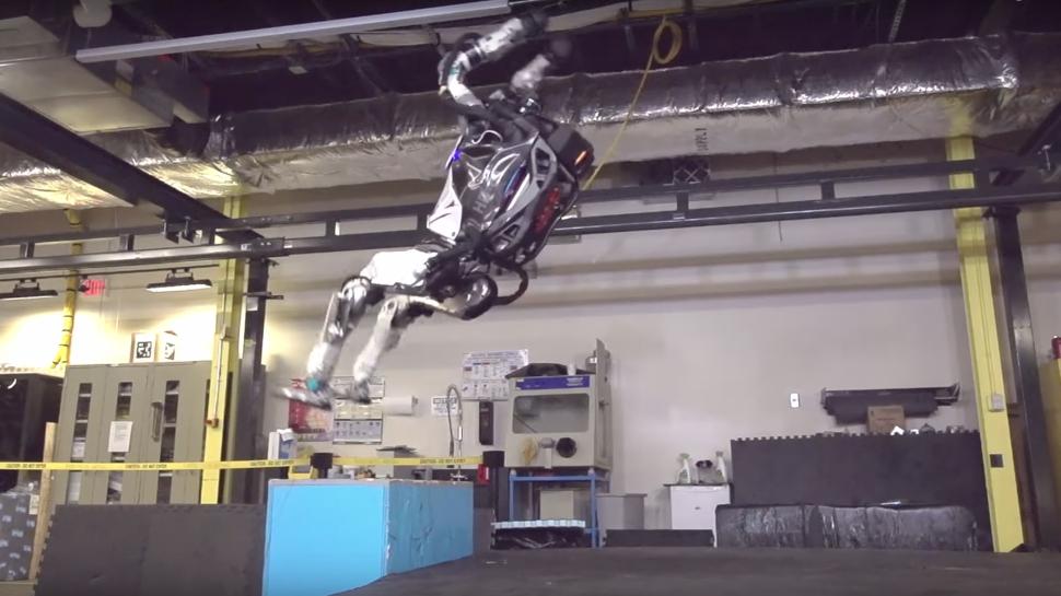 Atlas robota havada ters takla attırdılar İZLE