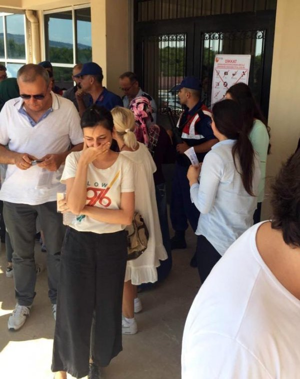 Sınava giremeyen öğrenciler sinir krizi geçirdi