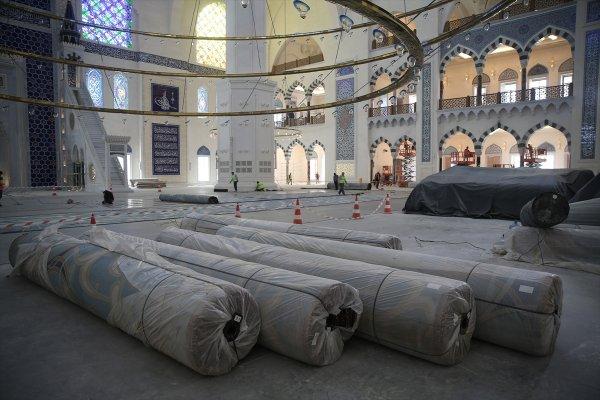 Çamlıca Camisi'nin halıları serildi
