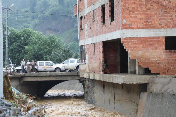 Rize'de sel felaketi sonrası dere yatağındaki bina boşaltıldı