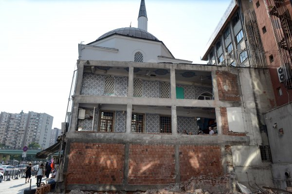 Yanındaki bina yıkılınca cami duvarsız kaldı