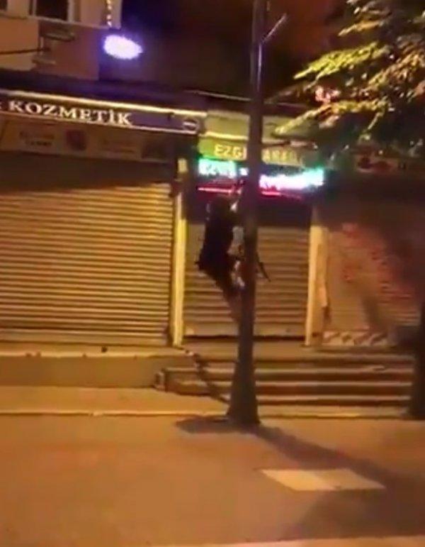 AK Parti bayrağını indirmek için direğe tırmanan CHP'li kadın