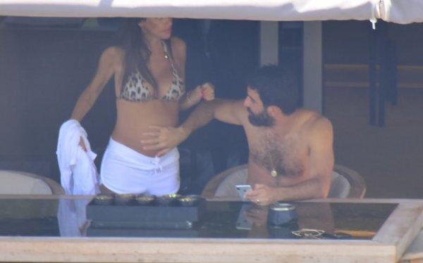 Arda Turan eşiyle tatilde görüntülendi
