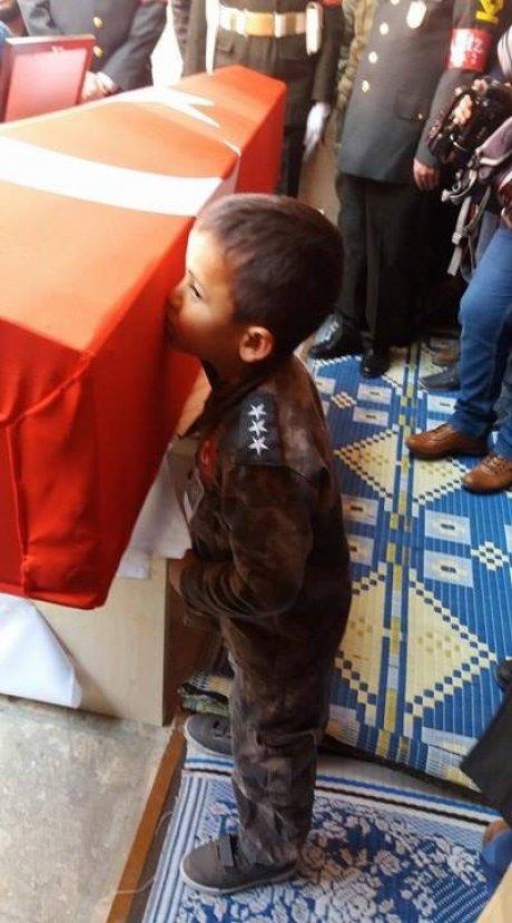 Şehit çocuğunun yürek burkan fotoğrafı