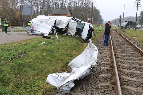 Polonya'da trenin minibüsü biçme anı