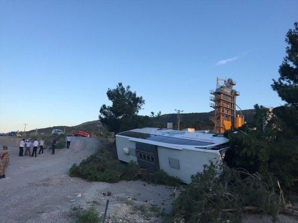 Traktörle çarpışan yolcu otobüsü devrildi: 27 yaralı