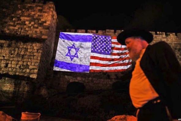 Kudüs surlarında İsrail - ABD bayrağı