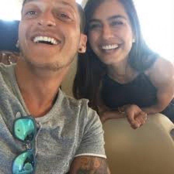 Amine Gülşe Mesut Özil'i Rihanna'dan kıskandı