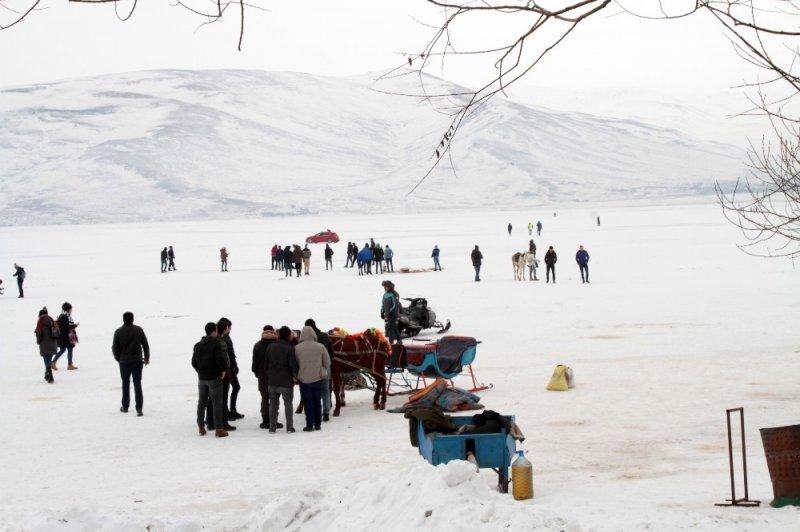 Buz tutan Çıldır Gölünde renkli görüntüler