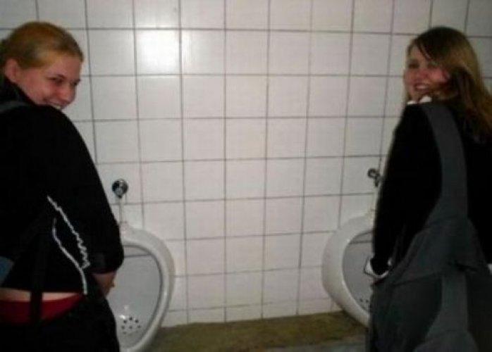 Писающие в туалете видео афтару