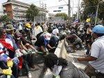 Tayland'da hükümet karşıtı yürüyüşe polis engeli