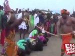 Hindistan'da kadınlar rahipler tarafından kırbaçlandı