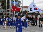 Güney Koreli öğrencilerden Çeşme'de ritim gösterisi