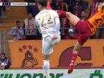 Futbolseverler soruyor: Emre Akbaba'ya neden kırmızı kart yok