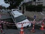 Eyüpsultan'da otomobil dev çukura düştü