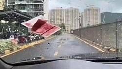 Çin'de yoldan geçenlerin üzerine para yağdırma anı kamerada