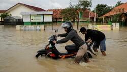 Endonezya'da sel felaketi: 4'ü çocuk 5 kişi öldü