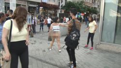 Taksim'in ortasında soyunan Faslı kadın