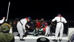 İzmir'de 74 sığınmacı kurtarıldı