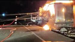 Diyarbakır'da trafoya çarpan tır, yangına neden oldu