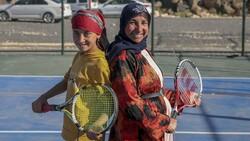 Şanlıurfa'da üç çocuk annesi, kızı için tenis kortuna çıktı