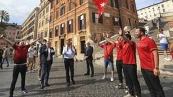 İtalya'da Bakan Kasapoğlu taraftarlara üçlü çektirdi