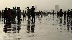 Pakistan'da yüzlerce kişi plaja akın etti, koronavirüs unutuldu