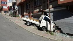 Sultangazi'de kayan kamyonet, kaldırımda yürüyen kadına çarptı