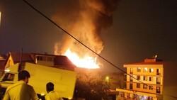 İstanbul'da çatı yangını çıktı, mahalleli sokağa döküldü
