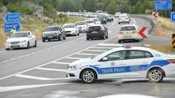 Antalya'da tatilcilerin dönüşü uzun araç kuyrukları oluşturdu