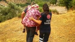 Fahrettin Koca paylaştı: Sağlıkçılar, Ayşe nineyi sırtında taşıdı