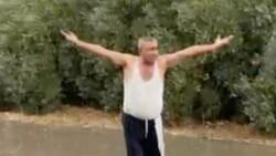 Antalya'da yağmuru gören çiftçi kendini yola attı