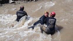 Erzurum'da selde kaybolan işçi, çamura girerek aranıyor