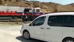 Van'da makinistler, trenle düğün konvoyunun önünü kesti