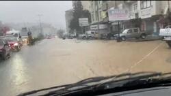 Rize'de sağanak yağış yolları göle çevirdi