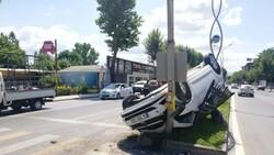 Sakarya'da servise çarpmamak için manevra yapan araç ters döndü