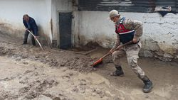 Kars'ta, jandarma ve komandolar sel bölgesinde