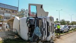 Antalya'da kum yüklü kamyon, otomobile çarpınca devrildi
