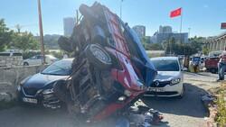 İstanbul'da kamyonet 2 otomobilin üstüne devrildi