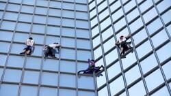 Alain Robert, Paris'te gökdelene tırmandı