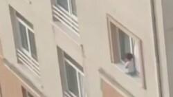 Başakşehir'de küçük çocuğun pencerenin pervazına oturduğu anlar kamerada