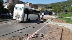Kocaeli'de midibüs, su borusu patlayınca oluşan çukura girdi