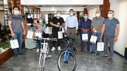 Manisa'da hediyeleri duyanlar koronavirüs aşısı oldu