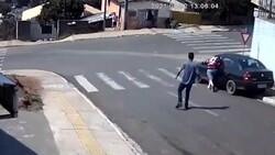 Brezilya'da, yokuşta kayan arabanın camından içeri atladı