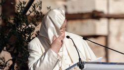 Vatikan'da konuşma yapan Papa Francis'in rüzgarla mücadelesi