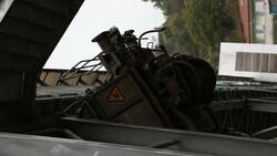 Zonguldak'ta, raydan çıkan vagon üst geçide saplandı